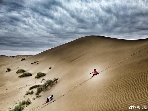 乐嘉带4岁女儿沙漠徒步76公里教育方式引热议