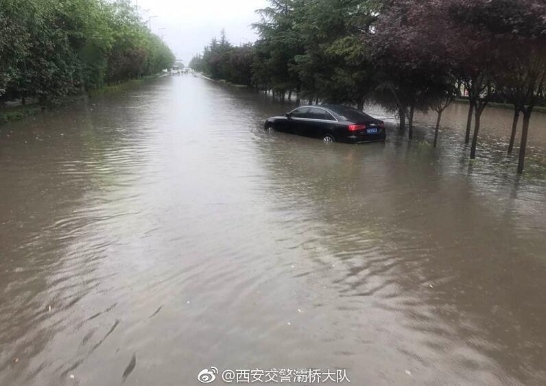 暴雨致西安多条道路严重积水 这些路段千万别走!