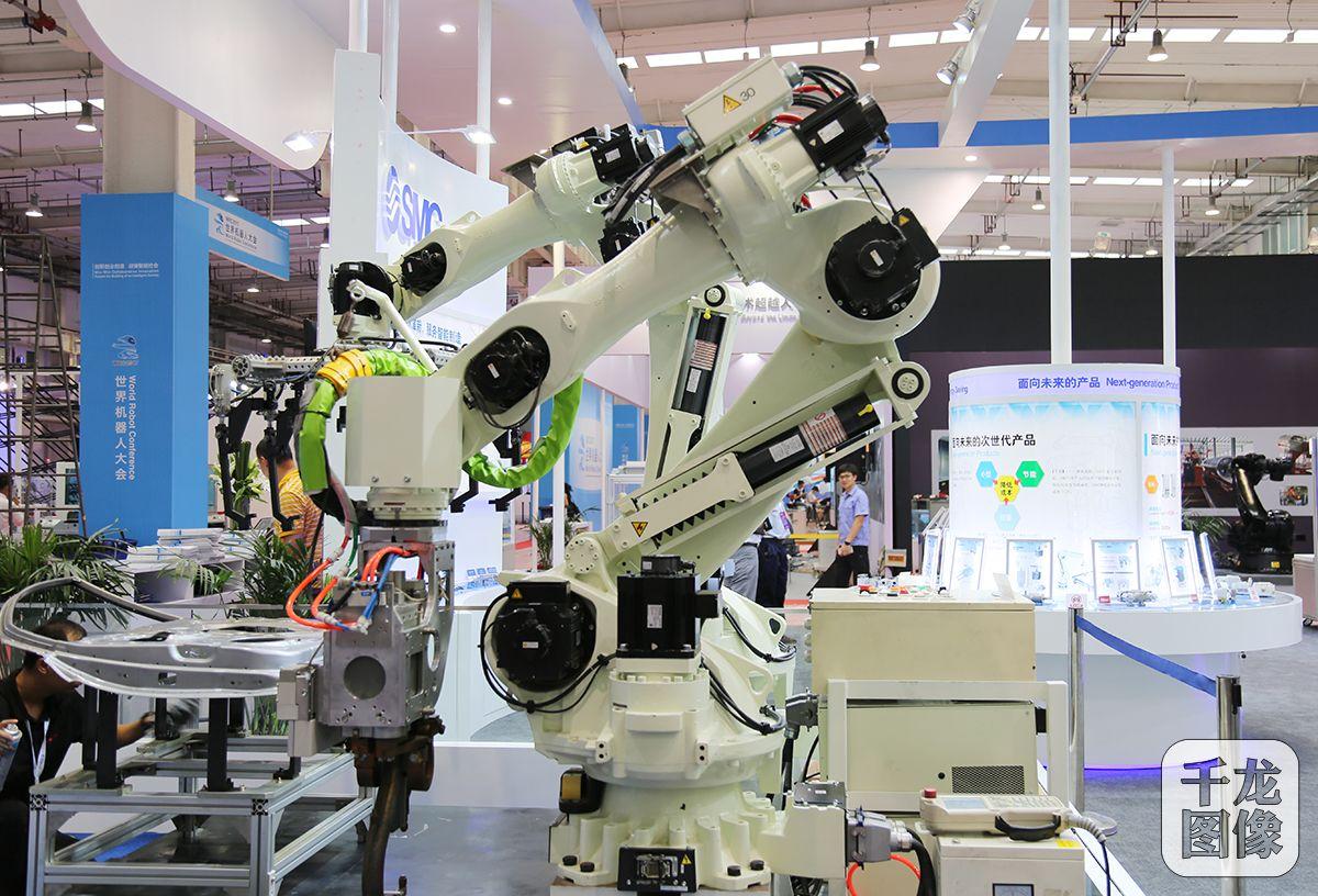 新闻客户端  汽车焊接机器人:一台机器人搭配smc气动夹紧缸精准固定车图片