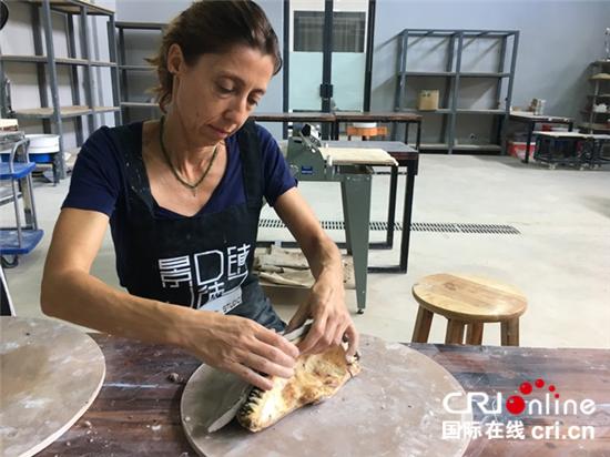 图片默认标题_fororder_4正在陶溪川驻地创作的意大利艺术家安娜_副本_副本