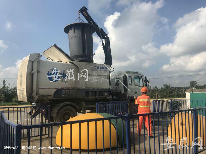 2)工作人员正在清理垃圾深埋桶。