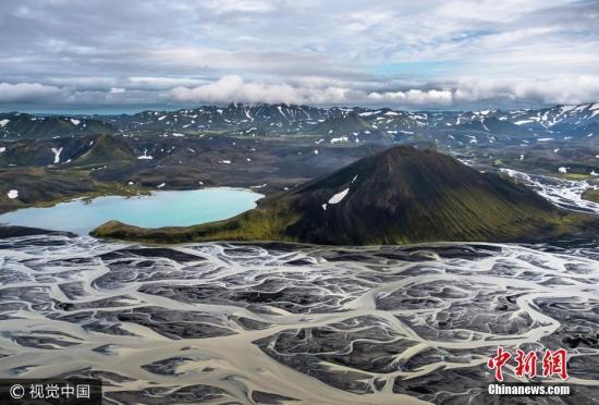 2017年5月18日讯(具体拍摄时间不详),冰岛,44岁的StasBartnikas在冰岛南部300米的空中拍摄下这些火山黑沙与冰川河相融合的壮观景象。图片来源:视觉中国