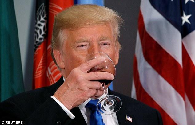 """從不喝酒的川普在聯合國""""破戒""""?猜猜酒杯裡的液體到底是啥"""
