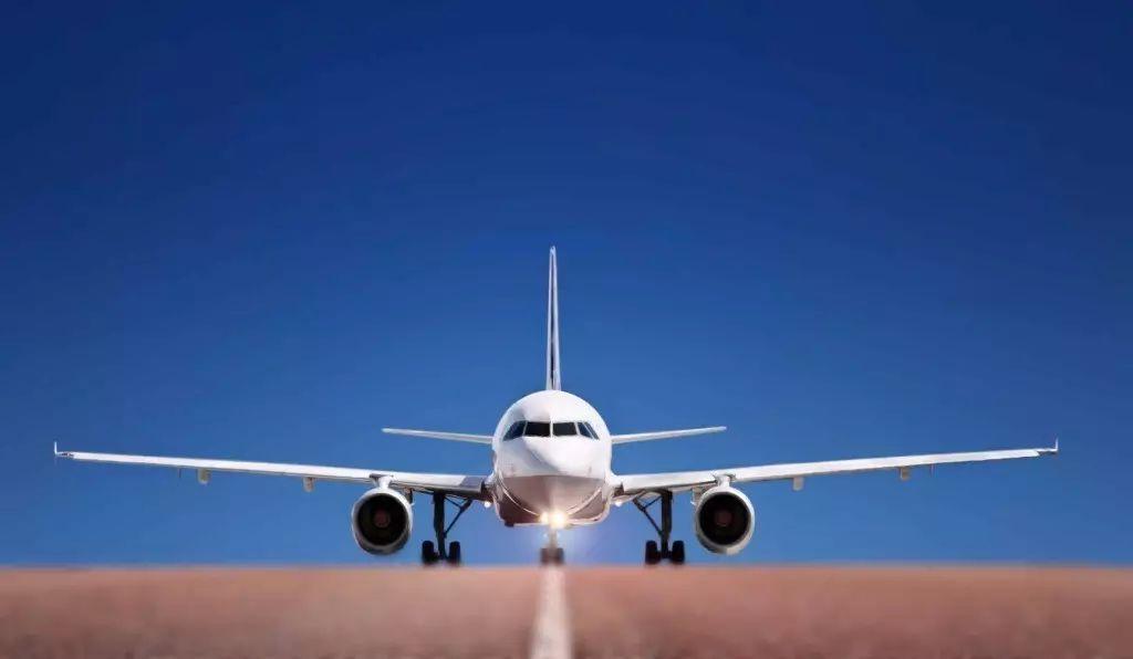 大飞机 忽然,那为首的飞机浑身发抖,往前窜,稍不留神,机头已经抬将起来,一对翅膀左右平摊,冲上去,冲上去,义无反顾,异常坚贞,真叫人感动啊——人怎么会干出这样一件事情,这么重的一块铁?! 不对,是铝,可是铝也很重啊。 小飞机起飞有点滑稽,像晴空中的蜻蜓或蚱蜢。瞧!它也起来了,那份招摇,活像上海弄堂里骑着脚踏车呼啸而过的小阿飞。 有一阵我喜欢申请靠窗的位子,然后录像。我有好几盘录像是飞行景观。你看白云远远近近一朵一朵耸起来,像几十个原子弹同时爆炸,夕阳照过来,云的影子遮住另一朵云,