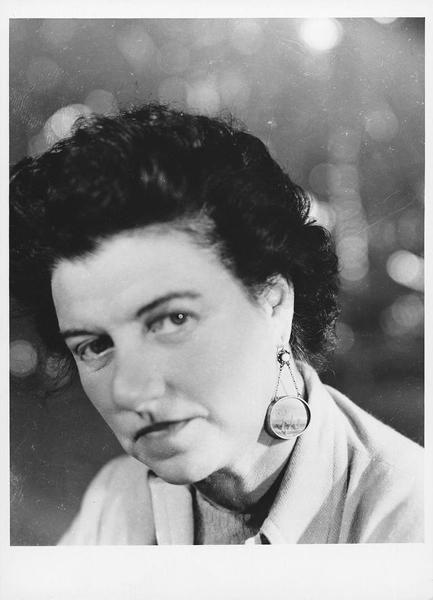 佩吉·古根海姆Peggy Guggenheim - 20世纪50年代佩吉戴着Yves Tanguy为她做的耳环
