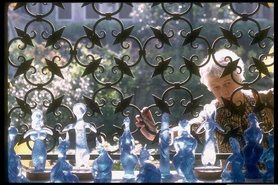 佩吉·古根海姆Peggy Guggenheim - 佩吉·古根海姆在她的家,透过铁栅栏欣赏毕加索(Picasso)为其精心设计的玻璃品,摄影:David Lees