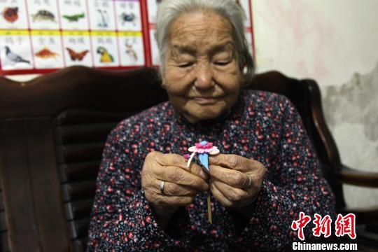 图为杨淑兰老人展示制作的面花。 张远摄