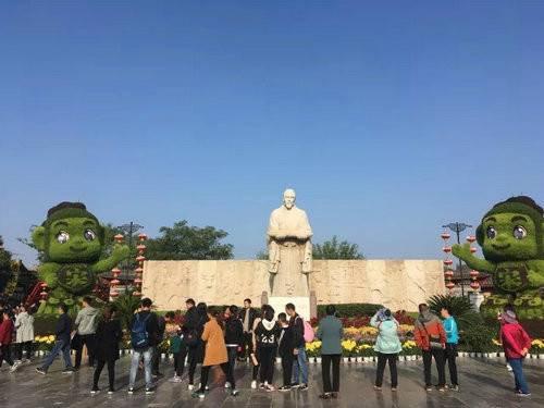 中国开封第35届菊花文化节 清明上河园菊展造型先睹为快