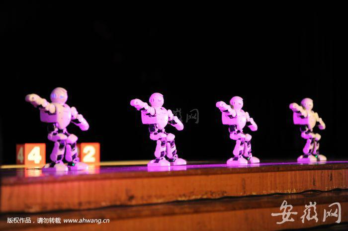 中科大这些机器人帅呆了 能玩转绘画 剪纸