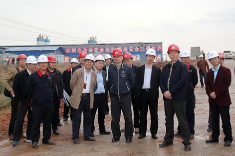 工作,项目经理王平(前排左二)陪同-践行蒙华理念锻造大国工匠