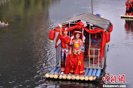 图为传统水上瑶族婚嫁习俗。