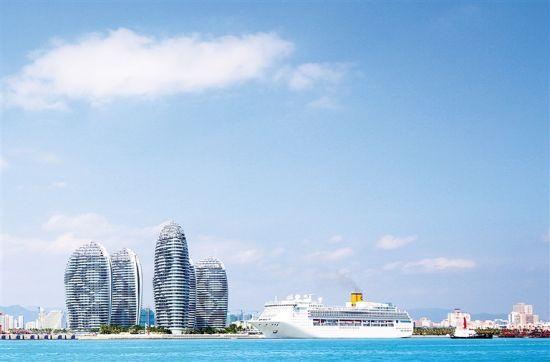 停靠在三亚凤凰岛国际邮轮港码头的邮轮。