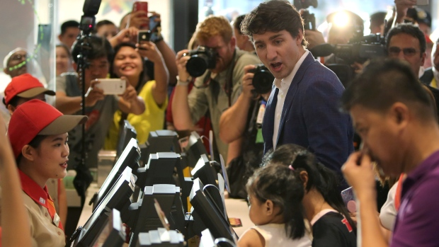 加总理现身菲律宾快餐店 菲民众尖叫:他太帅了!