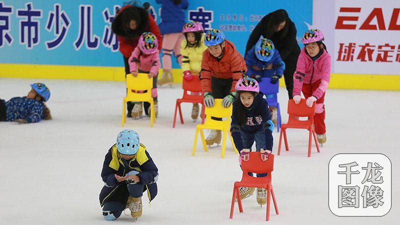 """""""妈妈评审团""""走进冬奥组委体验""""冰雪魅力""""。图为孩子们体验冰上运动。千龙网记者陈健男摄"""