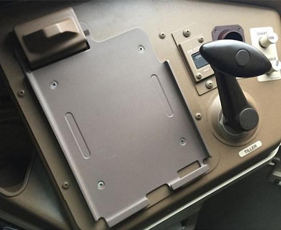 """东航利用ULTEM 9085 航空认证材料打印的飞机驾驶舱""""电子飞行数据包""""支架完成后处理装机使用"""