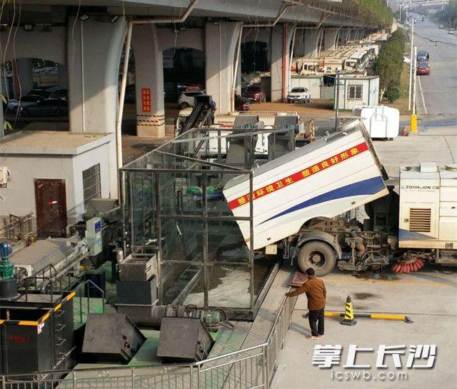 全新建成的开福区环卫局机扫垃圾分类处理场正式投入运行。