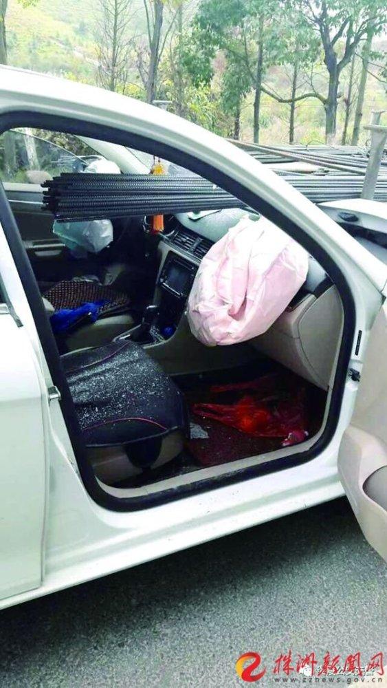 钢筋插入小车驾驶室(通讯员供图)