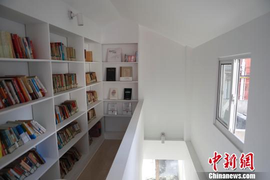 共享客厅二楼设置了书房,方便居民们阅读。 殷立勤摄