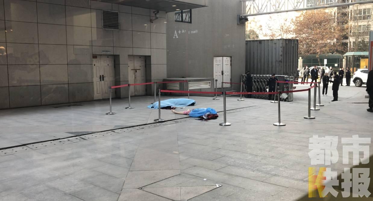 西安一保安被高层坠下的女子砸中 双双人亡