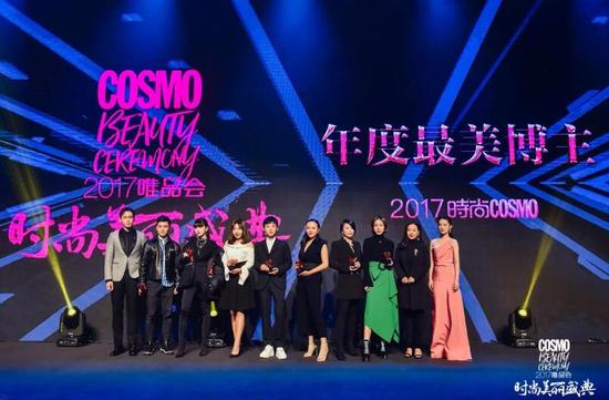 时尚集团新媒体副总裁王凯霏为获奖者gogoboi,胡辛束等最美博主颁奖