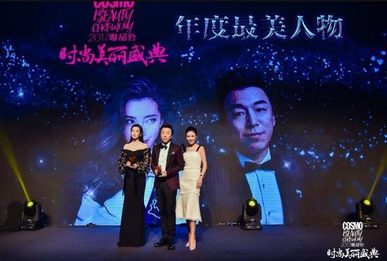 时尚集团总裁苏芒为获奖者李冰冰、黄渤颁奖