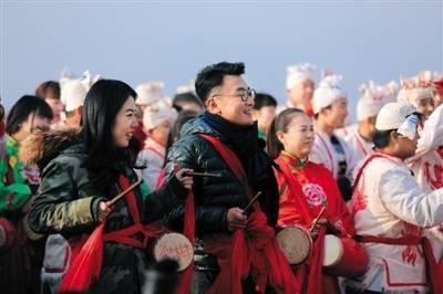窦文涛、蒋方舟在路遥故乡打安塞腰鼓。