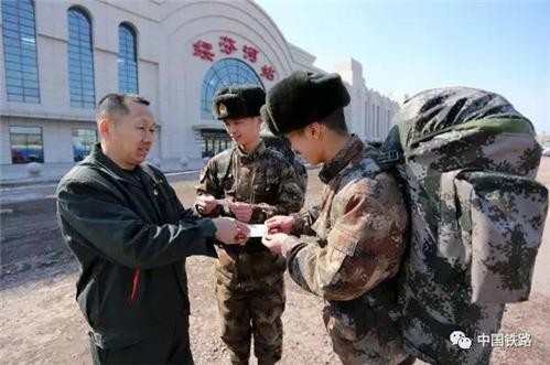 【暖新闻】中国军人的荣耀时刻:一个敬礼表达千言万语