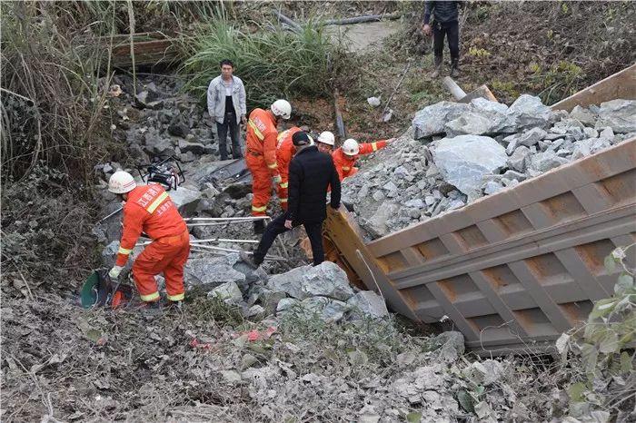 上饶一货车失控坠入排水沟  车头插入土里