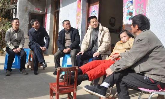吴清(右三)在安徽宿松县调研对口扶贫