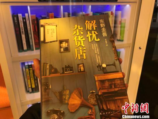 书舱中的书籍类型主要是近年来的热销书以及经典作品。 王子涛摄