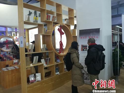 北京十月文艺出版社展台前,两名读者正兴致勃勃讨论架上书籍。据该社总编辑韩敬群透露,目前该社对电子书版权也十分重视。上官云摄