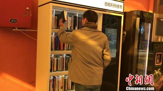一名读者正在归还所借阅的图书。 王子涛摄