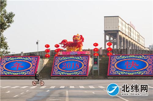 雅安:熊猫灯会街头彩灯大部分已安装