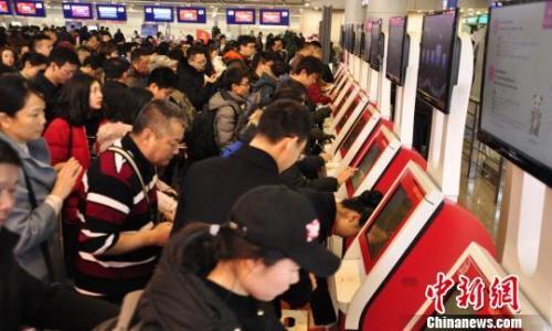 图为旅客排队自助值机。 吕俊明摄