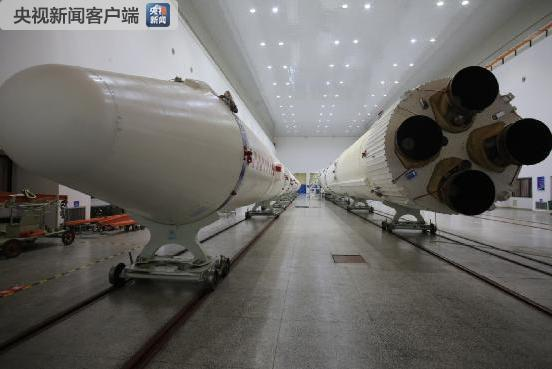 厂房内完成总装的长征三号乙火箭