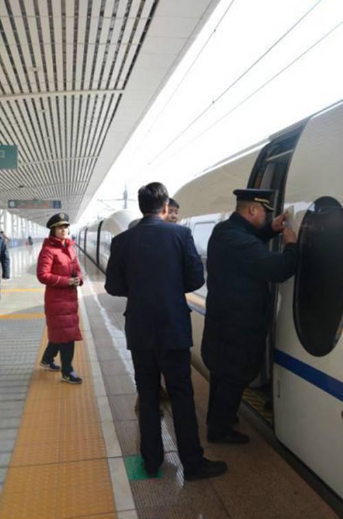 巩义南站人传递铁路正能量