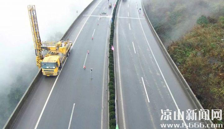 桥梁车进行桥梁检测。