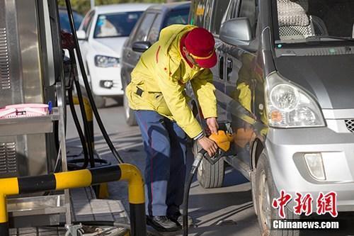 资料图:山西太原,车辆正在加油站加油。<a target='_blank' href='http://www.chinanews.com/'></p><p class=