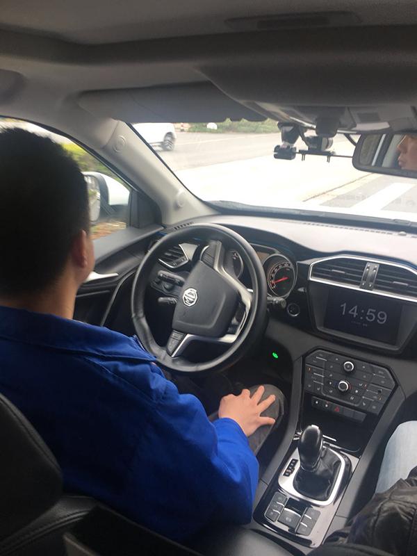 """上海无人驾驶道路测试全程体验:过路口会先""""冷静下"""""""