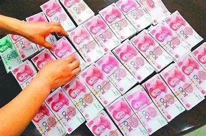 江西一男子10万元买假币 却买来一堆矿泉水和卫生纸图片