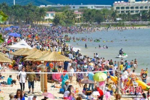 资料图:游客在海南畅享春节假期。 中新社记者骆云飞摄