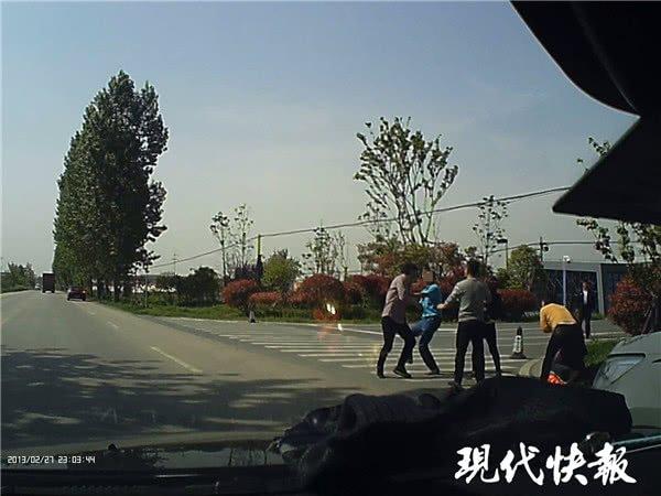 """路怒司机下车打架 娃在车内吓得哭喊""""爸爸"""""""