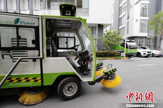 如今,已有两辆无人驾驶清洁车正在进行调试。 殷立勤摄