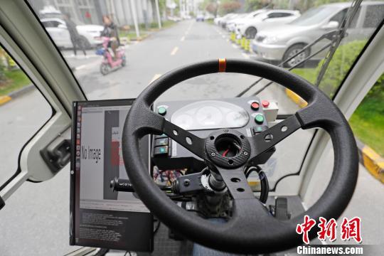 无人驾驶清洁车的驾驶室和一般的车辆一样。 殷立勤摄