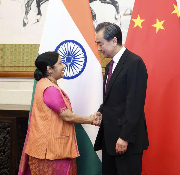 2 4月22日,国务委员兼外交部长王毅在北京与印度外长斯瓦拉杰举行会谈。 (新华社)