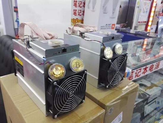 市场内档口摆放的矿机/ 刘景丰摄