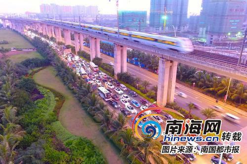 龙昆南路延长线一到高峰期就堵车。本版图由南国都市报记者陈卫东摄