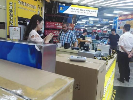 外国人在咨询矿机生意/ 刘景丰摄