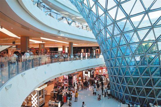 三亚海棠湾国际免税城内,游客在选购商品。 本报记者张杰摄