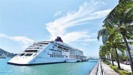 """邮轮游艇将成为海南旅游发展新热点。图为""""欧罗巴2号""""邮轮停靠在三亚国际邮轮港。本报记者武威摄"""